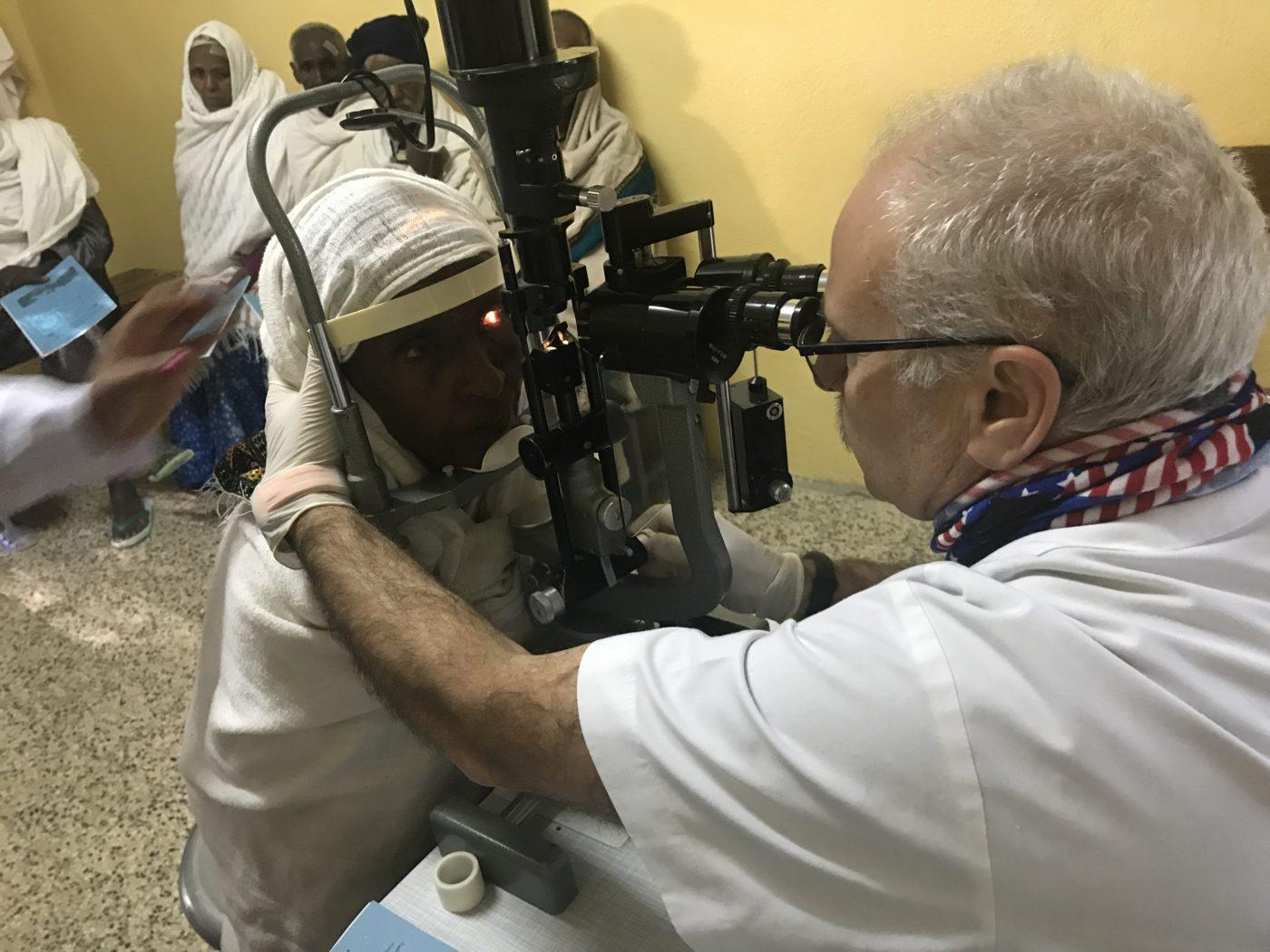 Dr. Rodríguez visitant a un pacient