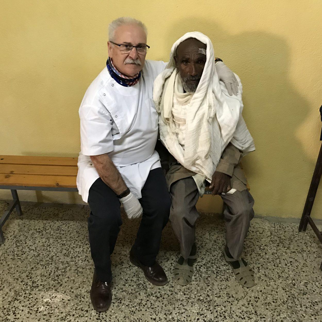 Dr. Rodríguez amb un pacient operat